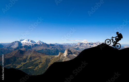 Tuinposter Fietsen Mountainbiker in den Alpen