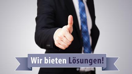 """Geschäftsmann zeigt Daumen hoch und """"Wir bieten Lösungen""""-Slogan"""