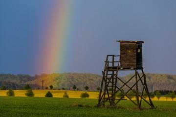 Hochsitz mit Regenbogen