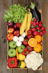 Einkauf auf dem Markt Obst und Gemüse in Kiste von oben