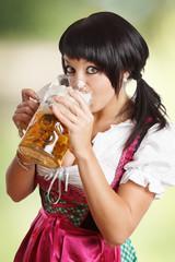 junge Frau trinkt Bier