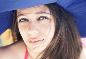 Donna con cappello blu
