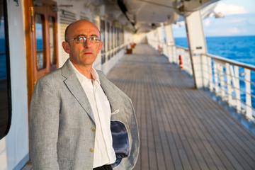 uomo sul ponte della nave