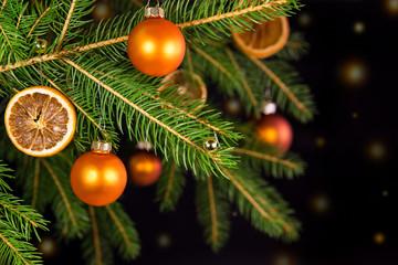 Weihnachtsbaum in orange vor schwarzem Hintergrund