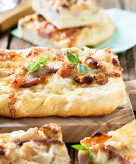 Flat bread with bacon, cauliflower, cheese