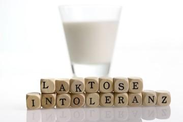 Milchglas mit Milch und Buchstaben