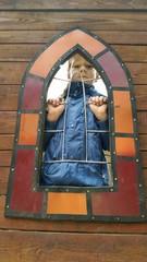 Instant - Kind auf Spielplatz hinter Gitter