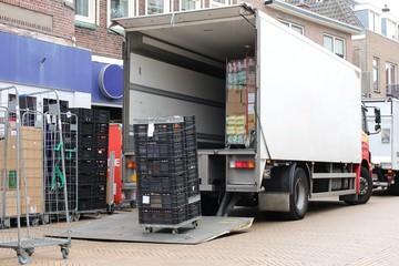 LKW bei der Warenanlieferung für ein Geschäft