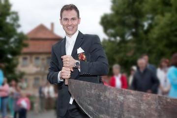 Tradition Hochzeit Baumstamm sägen, Mann sägt und lacht