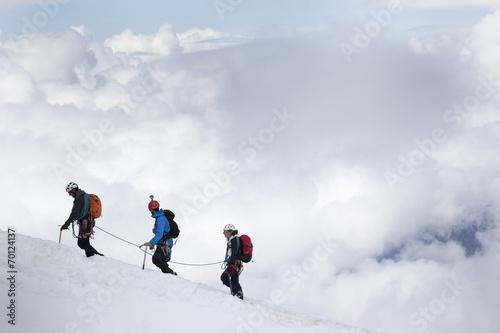 Leinwandbild Motiv alpinisti in cordata sul Monte Bianco
