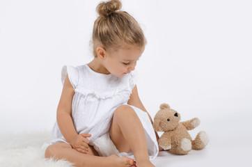 Mädchen spielt mit Teddy