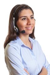 Südamerikanerin mit Headset spricht mit Kunden