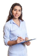 Südamerikanerin mit Headset und Clipboard