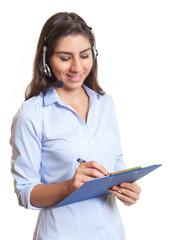 Südamerikanerin mit Headset bei der Arbeit