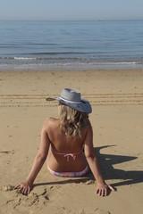 Mujer tomando el sol en la playa