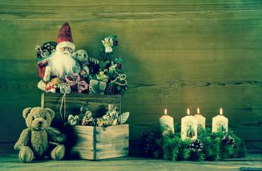 Nostalgie Weihnachten: Dekoration mit Santa und Adventskranz