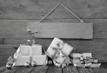 Weihnachtsgutschein: mehrere silberfarbene Weihnachtsgeschenke