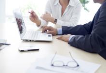 Praca mężczyzna i kobieta w biurze