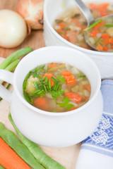 Gemüsesuppe, fleischlos, vegetarisch, mit Zwiebel, Karotte
