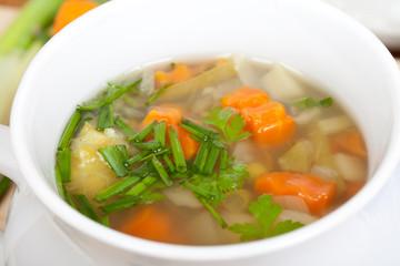 Gemüsesuppe mit Karotten, Lauch, Erbsen, Kräutern