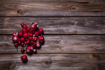 Weihnachtlicher Holzhintergrund mit roten Kugeln