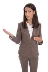 Attraktive Geschäftsfrau in braun präsentiert; freigestellt
