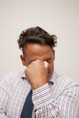 Ein gebräunter mann mit Hemd und Krawatte - Burnout