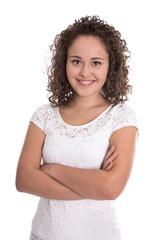Glückliche lachende junge Frau freigestellt in Shirt weiß