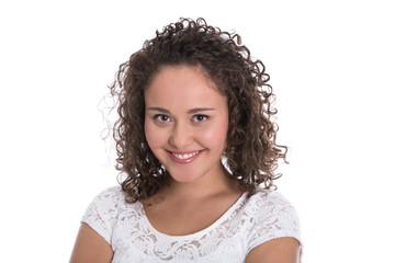 Lachende glückliche junge Frau mit natürlichen Locken isoliert