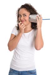 Junges freigestelltes Mädchen lauscht verträumt am Telefon