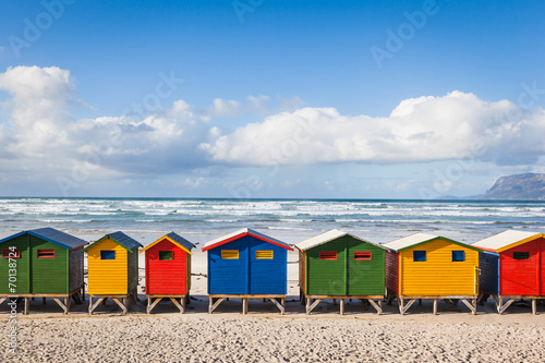 Canvas Zuid Afrika Row of brightly colored huts in Muizenberg beach. Muizenberg