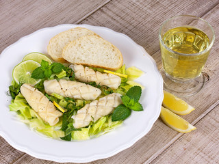 Calamari with green salad and lemon