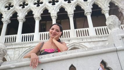 Frau auf Brücke vor dogenpalast in Venedig