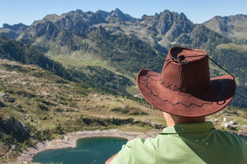 uomo con cappello vista lago