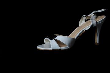Sandalo bianco su sfondo nero puro, sandalo da donna