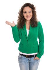 Modische junge business Frau in Grün freigestellt präsentiert