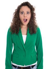 Fassunglose junge Frau in grün isoliert