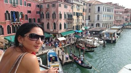 Frau auf rialto Brücke in Venedig