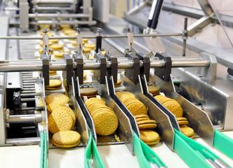 Fliessbandarbeit in d. Lebensmittelindustrie - Keksherstellung