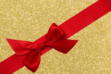 rote Schleife diagonal auf Gold