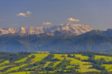 Panorama Landschaft in Bayern mit Zugspitze in den Alpen