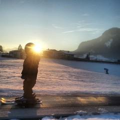 Kind auf dem Zauberteppich beim Skifahren