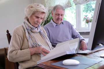 Senioren kontrollieren Abrechnungen