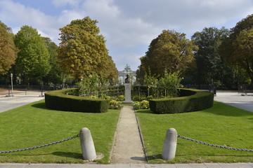 Parcelle de verdure autour du buste de Robert Shuman