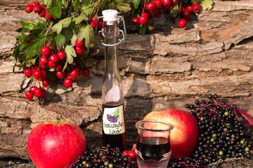 Holunderlikör und Apfel