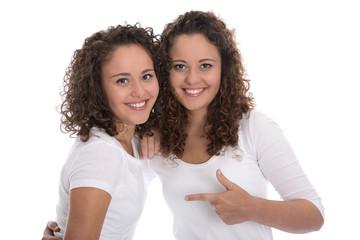 Eineiige Zwillinge: zwei Frauen freigestellt auf Weiß