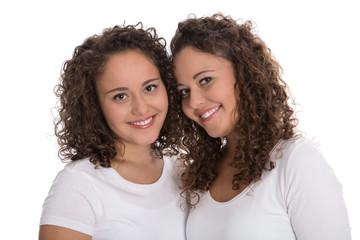 Freunde fürs Leben: Zwillingsschwestern freigestellt mit Locken