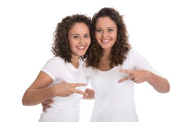 Symbol für Frieden: Zwillingsschwestern freigestellt auf Weiß