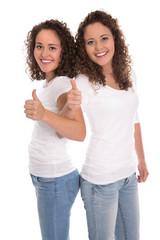 Werbekonzept: zwei junge Frauen mit Daumen hoch
