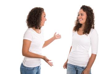 Zwei Freundinnen freigestellt unterhalten sich